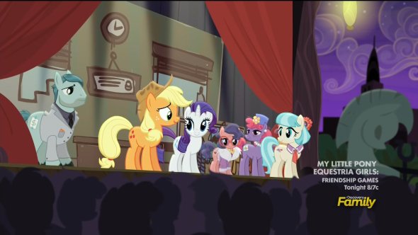 Applejack_on_stage_talking_to_the_audience_S5E16