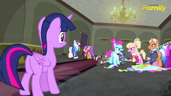 Twilight_Sparkle_looks_at_several_ponies_complaining_S06E09